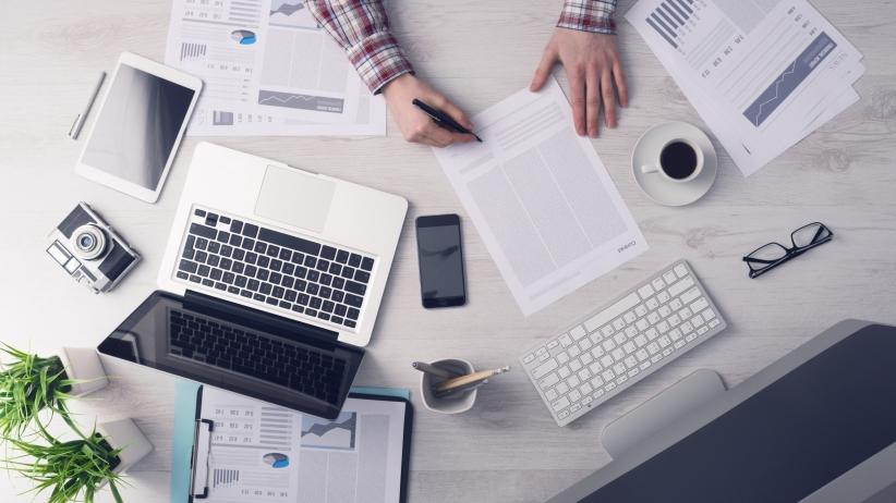 20150727171039-business-desk-workspace-working-hard